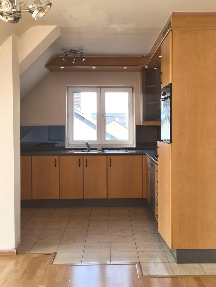 Keuken met elektrische kookplaat - oven - koelkast en spoelbak
